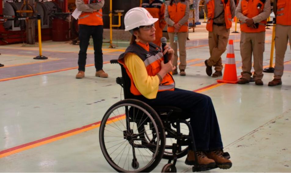 Conoce la experiencia de la primera mujer con movilidad reducida trabajando en las operaciones de una minera
